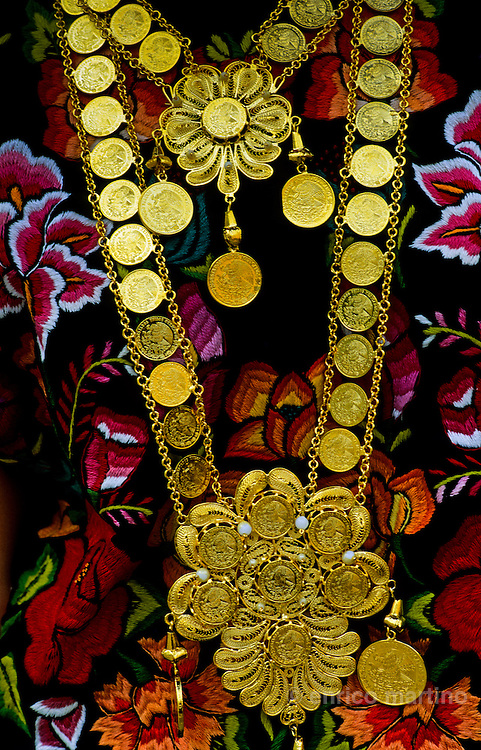 Salina Cruz (Tehuantepec). Tehuanas, like gypsies women, put their fortune in heawy gold necklaces and pendants of old coins.