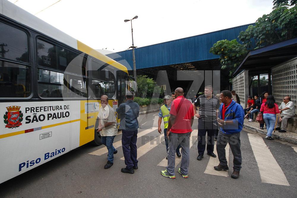 SÃO PAULO,SP,25.05.2014 - PARALISAÇÃO MOTORISTA - Paralisação de Motoristas e cobradores na manhã de hoje (05) em frente ao terminla São Mateus na zona leste.O motivo é para protestar contra os incêndios nos ônibus.(Foto:Ale Vianna/Brazil Photo Press).