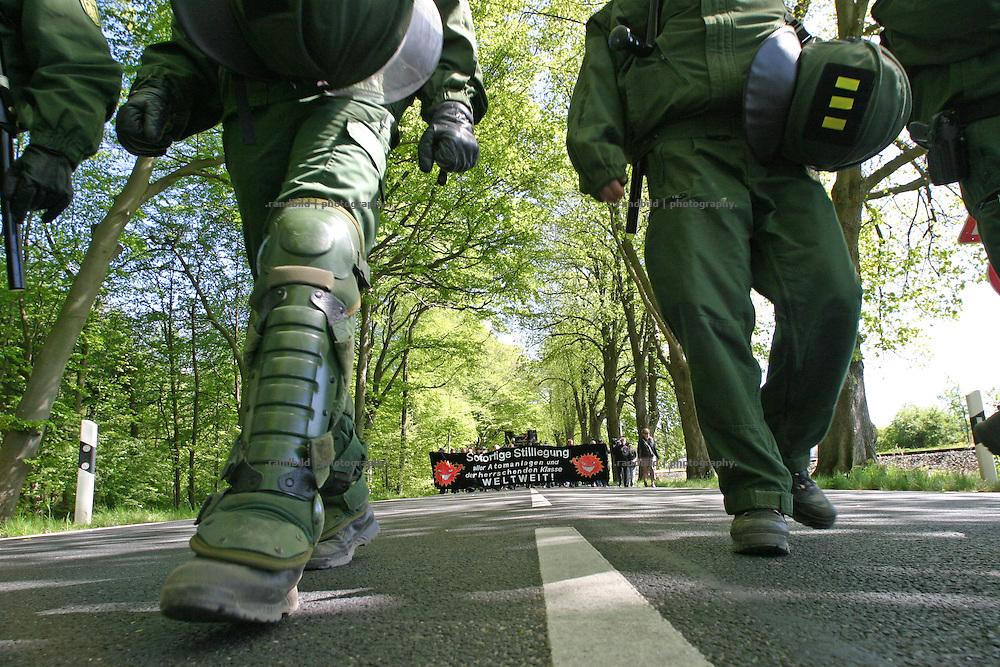 Polizisten laufen vor einer Anti-G8 Demonstration. Im Ostseebad Heiligendamm wird Anfang Juni ein G8-Gipfeltreffen stattfinden.Policemen walking in front of an anti G8 demonstration in heiligendamm. In the early June a G8 Summit will be hold in north-eastern Village Heiligendamm.