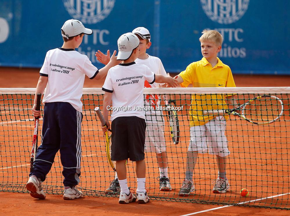 Midcourt Tennis Turnier fuer Kinder, vier kleine Jungen nach ihrem Doppelmatch schuetteln Haende am Netz nach dem Spiel,Spielende, shake hands,Ganzkoerper,Querformat,