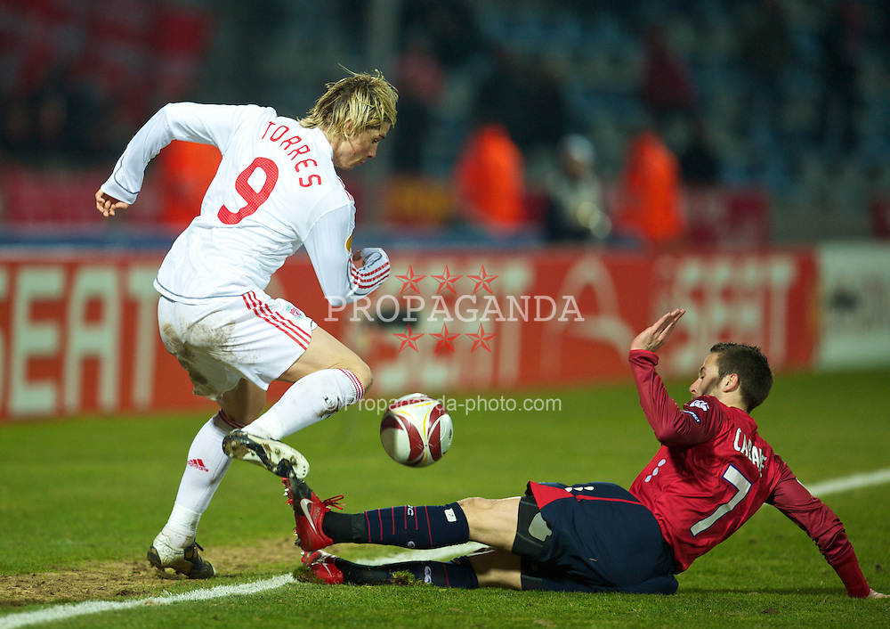 LILLE, FRANCE - Thursday, March 11, 2010: Liverpool's Fernando Torres and LOSC Lille Metropole's Yohan Cabaye during the UEFA Europa League Round of 16 1st Leg match at the Stadium Lille-Metropole. (Photo by David Rawcliffe/Propaganda)