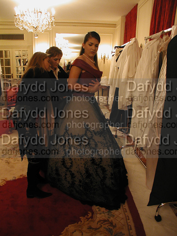 Comtesse Constanza della gherardesca, Getting ready before the  Thirteenth Annual Crillon Haute Couture Ball. Paris,  29 November 2003. © Copyright Photograph by Dafydd Jones 66 Stockwell Park Rd. London SW9 0DA Tel 020 7733 0108 www.dafjones.com