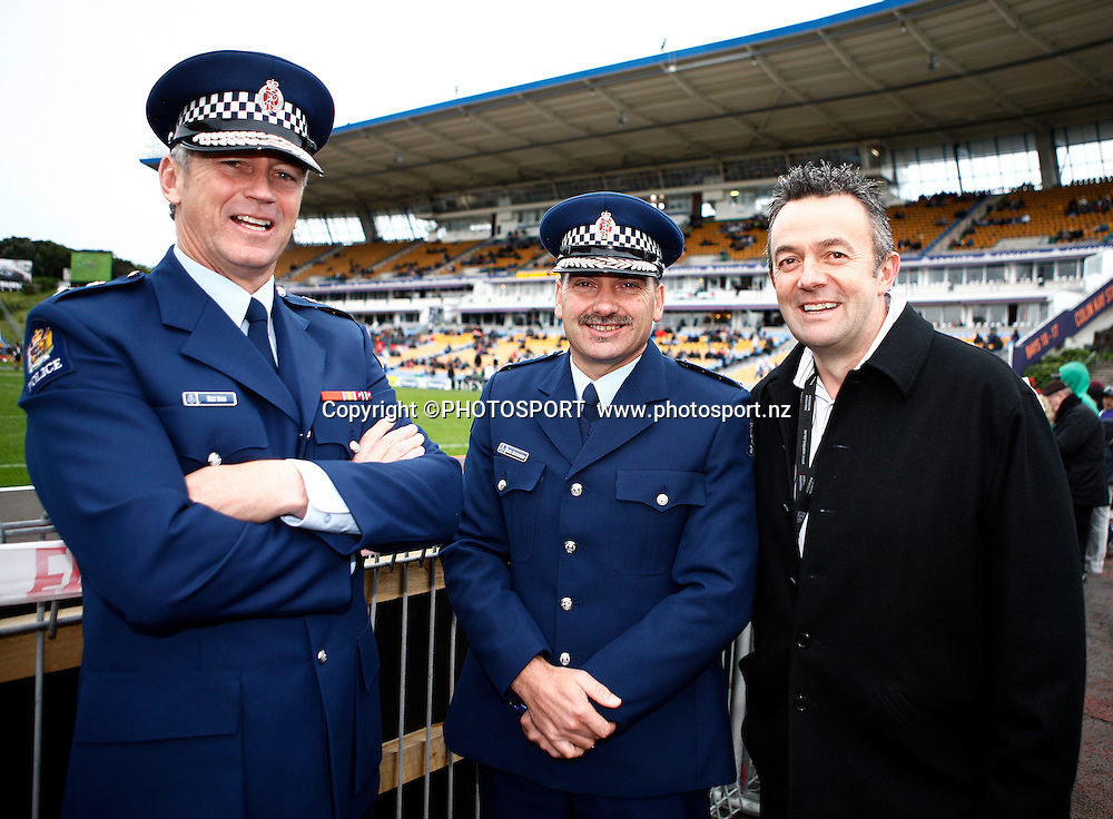 Warriors CEO Wayne Scurrah (R) with members of the NZ Police department. NRL. Vodafone Warriors v Canterbury Bulldogs, Mt Smart Stadium, Auckland, New Zealand. Sunday 12 July 2009. Photo: Simon Watts/PHOTOSPORT Editorial Use Only