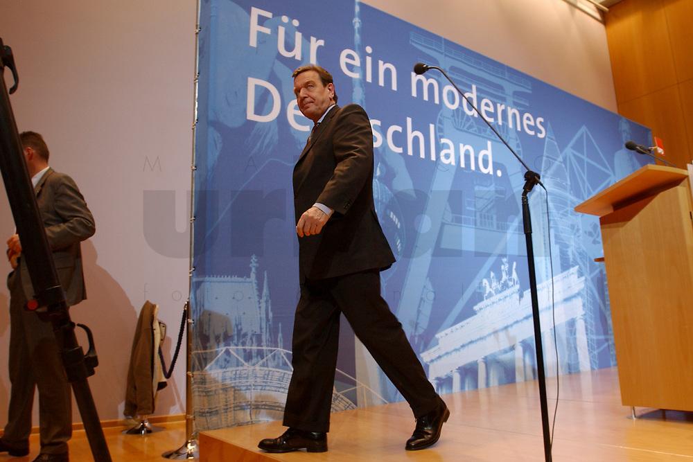 02 DEC 2002, BERLIN/GERMANY:<br /> Gerhard Schroeder, SPD, Bundeskanzler, Pressekonferenz zur vorangegangenen Sitzung des SPD Praesidiums von dem Schriftzug &quot;Fuer ein modernes Deutschland&quot;, Willy-Brandt-Haus<br /> IMAGE: 20021202-02-025<br /> KEYWORDS: Gerhard Schr&ouml;der