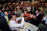 31 AUG 2005, BERLIN/GERMANY:<br /> Gerhard Schroeder, SPD, Bundeskanzler, ueberbringt seiner Frau Doris Schroeder-Koepf, die Blumen, nach seiner Rede, a.o. Bundesparteitag der SPD, Estrell Convention Center<br /> IMAGE: 20050831-02-070<br /> KEYWORDS: Wahlparteitag, Bundestagswahl, Wahlkampf, party congress, Gerhard Schröder, Jubel, Applaus, applaudieren, Doris Schröder-Köpf