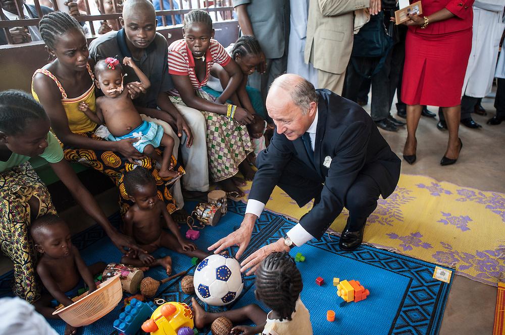 13/10/2013. Bangui. Republique Centrafricaine. Visite du ministre français des affaires étrangères de Laurent Fabius à Bangui. Visite du centre de nutrition pour enfants de l'hôpital communautaire. ©Sylvain Cherkaoui pour Jeune Afrique