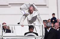 Rom, Vatikan 22.10.2014 Papst Franziskus I. bekommt bei der woechentlichen Generalaudienz auf dem Petersplatz durch einen Windstoss seinen Schulterkragen ueber den Kopf.