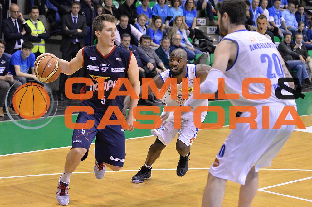 DESCRIZIONE : Treviso Lega A 2015-16 Playoff Gara 1 Universo Treviso Basket - Novipiu Casale Monferrato<br /> GIOCATORE : t.j. bray<br /> CATEGORIA : Passaggio<br /> SQUADRA : Universo Treviso Basket - Novipiu Casale Monferrato<br /> EVENTO : Campionato Lega A 2015-2016 <br /> GARA : Universo Treviso Basket - Novipiu Casale Monferrato<br /> DATA : 01/05/2016<br /> SPORT : Pallacanestro <br /> AUTORE : Agenzia Ciamillo-Castoria/M.Gregolin<br /> Galleria : Lega Basket A 2015-2016  <br /> Fotonotizia :  Bologna Lega A 2015-16 Universo Treviso Basket - Novipiu Casale Monferrato