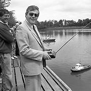 NLD/Huizen/19910525 - Opening vaarseizoen bij de modelbouwclub Huizen, burgemeester Hoekzema geeft het startsein