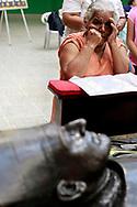Una persona ora frente la tumba de Monseñor Oscar Arnulfo Romero Martes AGT 15,2017 fecha en que se conmemora los cien años de su natalicio. Monseñor Romero esta a la espera que se apruebe el vaticano un milagro a atribuido a el para que pueda ser declarado santo. Photo: Franklin Rivera/magenes Libres.
