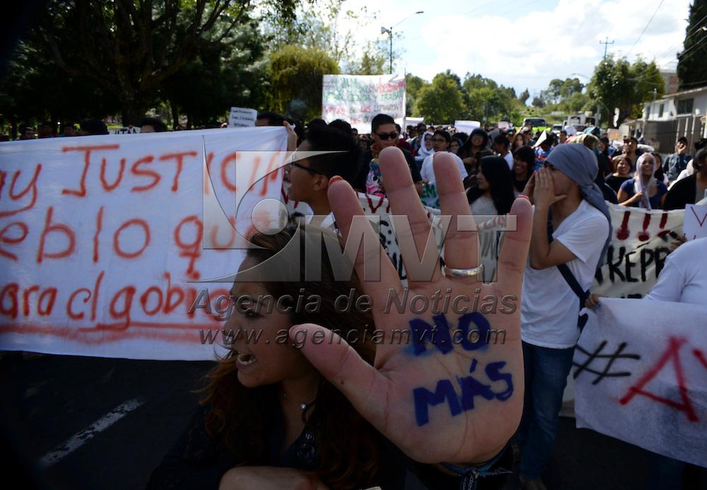 Toluca, México.- Estudiantes de la UAEM,  UAM, de la Coordinadora Estudiantil Universitaria, del Frente de Organizaciones del Valle de Toluca, realizaron una asamblea en Ciudad Universitaria, en donde acordaron unirse a la Megamarcha Nacional por la presentación con vida de los 43 normalistas desparecidos de la Normal Rural de Ayotzinapa,  Guerrero. Agencia MVT / Crisanta Espinosa