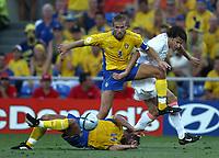 Fotball<br /> Euro 2004<br /> Portugal<br /> 26. juni 2004<br /> Foto: Dppi/Digitalsport<br /> NORWAY ONLY<br /> Kvartfinale<br /> Sverige v Nederland<br /> OLOF MELLBERG (SWE) / RUUD VAN NISTELROOY (NET)