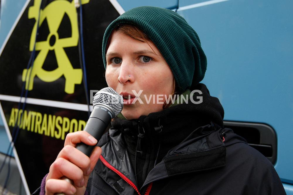 Rund 250 Atomkraftgegner bef&uuml;llen zwei Wochen vor dem anstehehenden Castortransport ins Wendland die Attrappe eines Castorbeh&auml;lters mit &quot;Atomm&uuml;ll&quot;. Unter dem Motto &quot;Return to Sender&quot; soll ein LKW des Aktionsb&uuml;ndnisses Campact die Fracht von Gorleben zum Regierungssitz in Berlin liefern. Im Bild: Susanne Jacoby, Aktivistin des Aktionsb&uuml;ndnisses Campact <br /> <br /> Ort: Gorleben<br /> Copyright: Andreas Conradt<br /> Quelle: PubliXviewinG