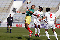 FOOTBALL - AFRICAN NATIONS CUP 2004 - 1/4 FINAL - 040207 - MALI v GUINEA - FREDERIC KANOUTE (MALI) / MORLAYE SOUMAH (GUI) - PHOTO JEAN MARIE HERVIO / FLASH PRESS<br />