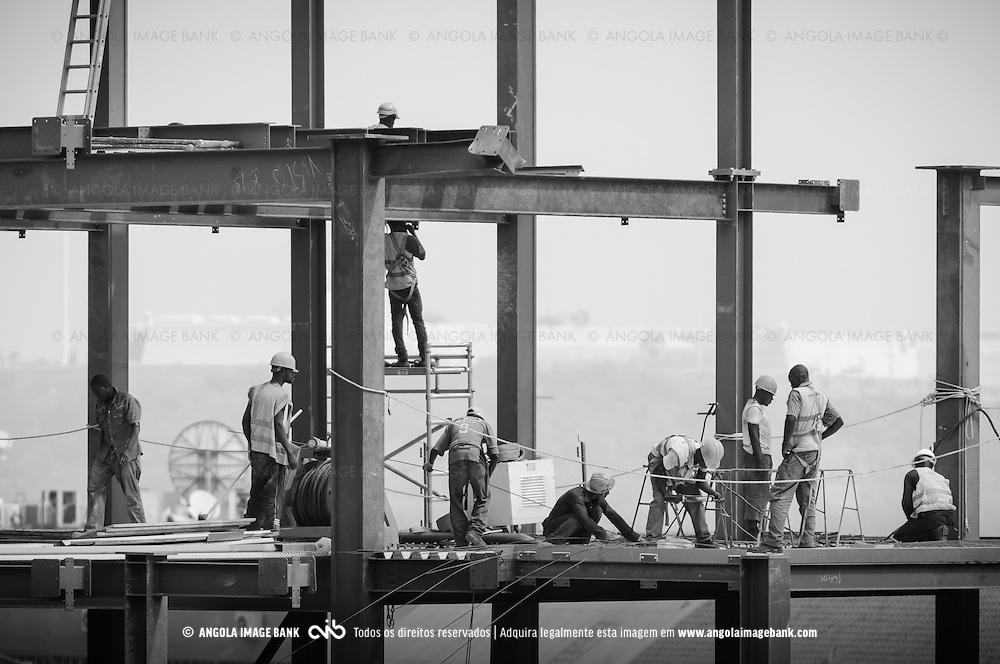 Trabalhadores da construção civil. Reconstrução. Construção de novos edifícios na baixa de Luanda.  Angola