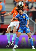 Fotball<br /> Nederland v Japan<br /> Foto: Witters/Digitalsport<br /> NORWAY ONLY<br /> <br /> 05.09.2009<br /> <br /> v.l. Glenn Loovens, Shinji Okazaki Japan<br /> Fussball Testspiel Niederlande - Japan 3:0