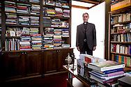 Groningen 201406701. Bisschop Gerard de Korte van bisdom Groningen-Leeuwarden in zijn werkkamer (woonvertrek). foto: Pepijn van den Broeke
