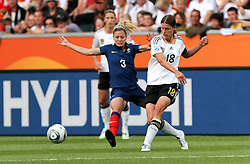 05.07.2011, Borussia-Park, Moenchengladbach, GER, FIFA Women Worldcup 2011, Gruppe A,  Frankreich (FRA) Deutschland (GER) ,. im Bild Kerstin Garefrekes (GER) gegen Laure Boulleau (FRA) . // during the FIFA Women´s Worldcup 2011, Pool A,France vs Germany on 2011/06/26, Borussia-Park, Moenchengladbach, Germany. EXPA Pictures © 2011, PhotoCredit: EXPA/ nph/  Karina Hessland       ****** out of GER / CRO  / BEL ******