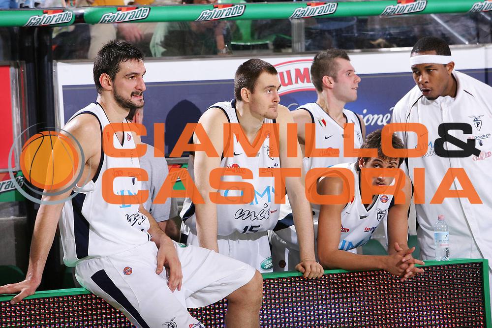 DESCRIZIONE : Treviso Lega A1 2005-06 Benetton Treviso Climamio Fortitudo Bologna <br /> GIOCATORE : Team Fortitudo Bologna <br /> SQUADRA : Climamio Fortitudo Bologna <br /> EVENTO : Campionato Lega A1 2005-2006 <br /> GARA : Benetton Treviso Climamio Fortitudo Bologna <br /> DATA : 12/03/2006 <br /> CATEGORIA : Delusione <br /> SPORT : Pallacanestro <br /> AUTORE : Agenzia Ciamillo-Castoria/S.Silvestri
