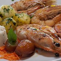 Prato de camarao com acompanhamento, no Restaurante Casa do Peixe, Biguacu, Santa Catarina, Brasil. Foto de Ze Paiva, Vista Imagens