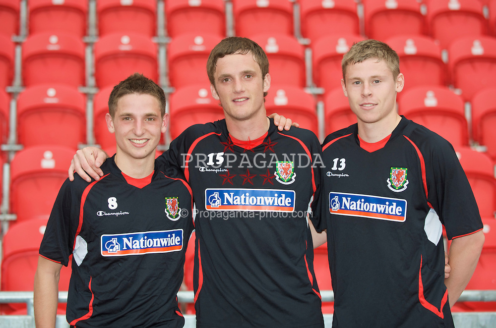 LLANELLI, WALES - Wednesday, May 27, 2009: Wales' new recruits L-R Joe Allen, Andy King and Simon Church pose for a photo after training at Parc Y Scarlets ahead of the International friendly match against Estonia. (Pic by David Rawcliffe/Propaganda)