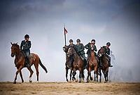 Scheveningen, 17 september 2018 -<br /> Op het Scheveningse strand is de Cavalerie Ere-escorte aan het oefenen met de paarden voor Prinsjesdag, met Rook vuur lawaai worden de paarden onderworpen aan een stresstest.<br /> Foto: Phil Nijhuis
