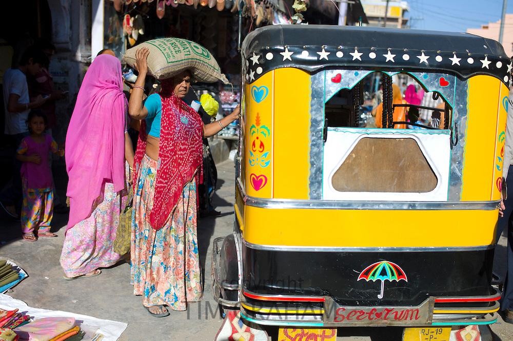 Crowded street scene people shopping at Sardar Market at Girdikot, Jodhpur, Rajasthan, Northern India