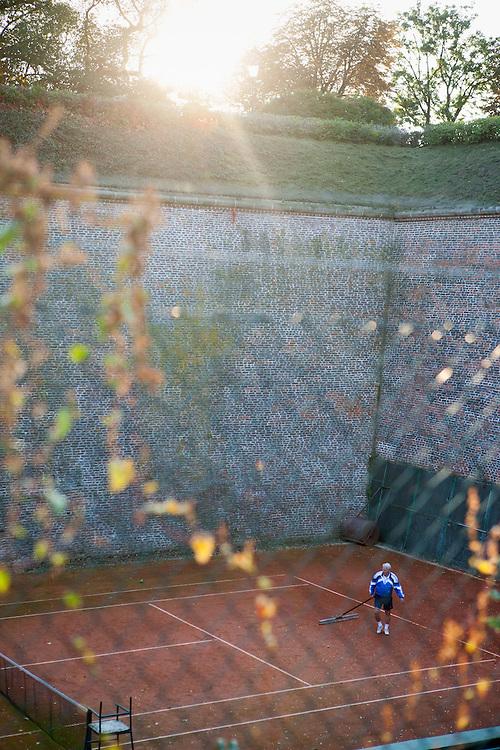 Die Tennisplätze an der Mauer in Vysherad.