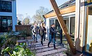 Koning Willem-Alexander tijdens het bezoek aan Co&ouml;peratie Warmtenet Oost-Wageningen. De koning bezoekt het project in het kader van de Samen Doen #krachtvansamen, dat burgerinitiatieven stimuleert. <br /> <br /> King Willem-Alexander during the visit to Co&ouml;peratie Warmtenet Oost-Wageningen. The king visits the project in the context of the Samen Doen #krachtvansamen, which stimulates citizens' initiatives.