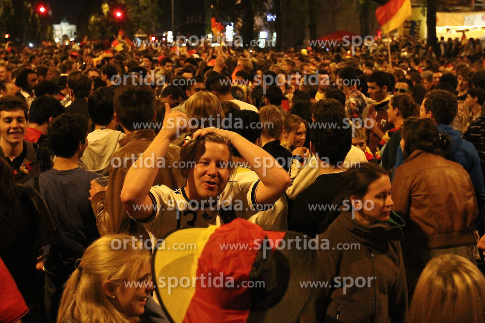 23.06.2010, Leopoldstrasse Schwabing, Muenchen, GER, FIFA Worldcup, Fanfeier nach Ghana vs Deutschland,  im Bild Fans, EXPA Pictures © 2010, PhotoCredit: EXPA/ nph/  Straubmeier / SPORTIDA PHOTO AGENCY