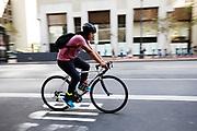 In San Francisco rijdt een fietser door het centrum. De Amerikaanse stad San Francisco aan de westkust is een van de grootste steden in Amerika en kenmerkt zich door de steile heuvels in de stad. <br /> <br /> A cyclist in San Francisco. The US city of San Francisco on the west coast is one of the largest cities in America and is characterized by the steep hills in the city.