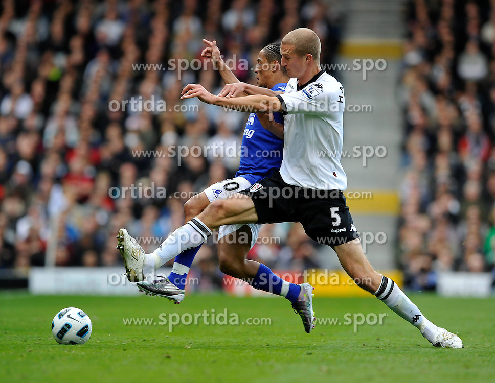 25.09.2010, Graven Cottage, London, ENG, PL, Fulham vs Everton, im Bild Steven Pienaar of Everton and Brede Hangeland of Fulham stretch for the same ball, EXPA Pictures © 2010, PhotoCredit: EXPA/ IPS/ Sean Ryan *** ATTENTION *** UK AND FRANCE OUT! / SPORTIDA PHOTO AGENCY