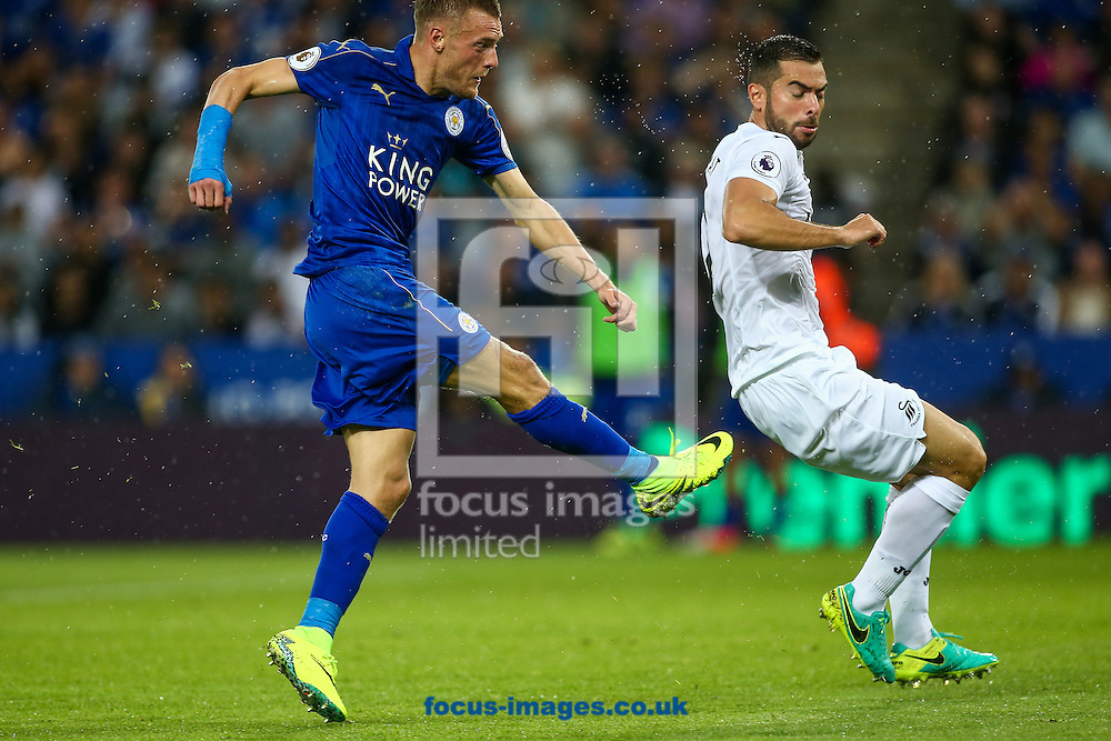 Jamie Vardy of Leicester City (left) scores their first goal during the Premier League match at the King Power Stadium, Leicester<br /> Picture by Andy Kearns/Focus Images Ltd 0781 864 4264<br /> 27/08/2016