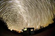 8月18日,在美国洛杉矶以东的约书亚树国家公园,摄影师用叠加法拍摄的星轨。位于美国加州南部的约书亚树国家公园占地3196.1平方公里,以遍布约书亚树得名,公园包括了科罗拉多沙漠和莫哈维沙漠的一部分,是美国西部较好的星空观测点之一。每当新月之时,约书亚树国家公园都会吸引众多旅行者拍摄璀璨的星空和星轨。新华社发 (赵汉荣摄)<br /> Star trails are seen above the Joshua Tree National Park in Twentynine Palms, California, the United States, August 18, 2017. (Photo by Ringo Chiu)<br /> <br /> Usage Notes: This content is intended for editorial use only. For other uses, additional clearances may be required.