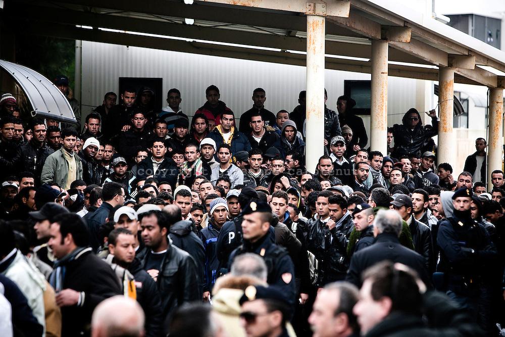 LAMPEDUSA. IMMIGRATI CLANDESTINI DI NAZIONALITA' TUNISINA NEL CENTRO DI PRIMO SOCCORSO E ACCOGLIENZA DELL'ISOLA DI LAMPEDUSA;