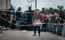 25.09.2015, Grenzübergang, Salzburg, AUT, Fluechtlingskrise in der EU, im Bild Flüchtlinge an der Grenze zu Deutschland, ein Kind wartet mit einem Regenschirm in der Hand // Migrants on the German Border, a child is waiting with an umbrella in his hand. Thousands of refugees fleeing violence and persecution in their own countries continue to make their way toward the EU, border crossing, Salzburg, Austria on 2015/09/25. EXPA Pictures © 2015, PhotoCredit: EXPA/ JFK
