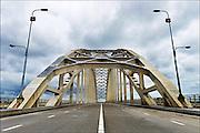 Nederland, Nijmegen, 20-6-2015Dit weekeinde is de oude brug over de waal afgesloten omdat hij wordt aangesloten op de nieuwe verlenging die nodig is vanwege de aanleg van de nevengeul. Het leide tot wat files bij de nieuwe stadsbrug de Oversteek. Binnenkort gaat deze brug opnieuw gedeeltelijk dicht vanwege groot onderhoud.FOTO: FLIP FRANSSEN