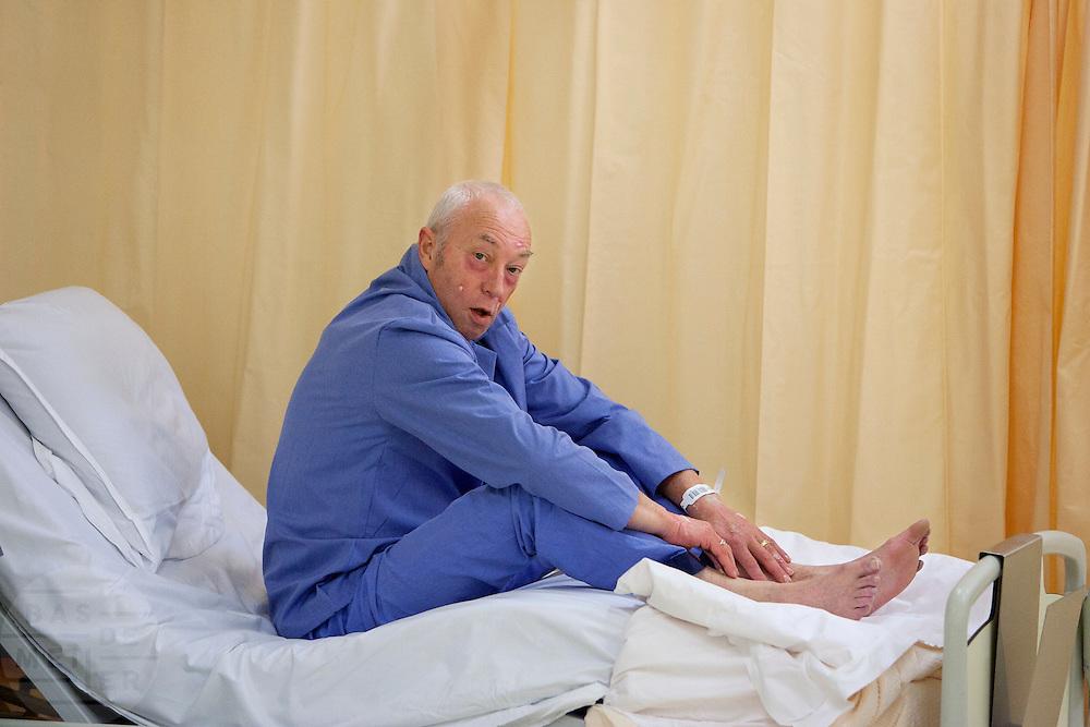 Een slachtoffer ligt op de verpleegafdeling. In het Calamiteitenhospitaal in Utrecht wordt een rampenoefening gehouden. De nadruk ligt op de contaminatie, door een gekantelde vrachtwagen zijn veel slachtoffers in aanraking gekomen met een chemische stof. Voor het eerst wordt er geoefend met een zogenaamde decontaminatietent. Als de tent bevalt, schaft het ziekenhuis zo'n tent aan. Bij de 'ramp' zijn 100 slachtoffers gevallen.<br /> <br /> A patient is sitting on the bed. In the Trauma and Emergency Hospital in Utrecht an calamity training was held. The emphasis is on the contamination by an overturned truck, many victims are contaminated by a chemical. For the first time a so-called decontamination tent was used. If the tent fulfills the expectations, a tent will be purchased. The 'calamity' caused 100 victims.