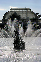 UK ENGLAND KEW 20AUG04 - Fountain at the entranceof the Royal Botanical Gardens, Kew. The Royal Botanical Gardens have been awarded World Heritage Site status by the UNESCO World Heritage Centre in Paris, as an internationally unique cultural landscape...jre/Photo by Jiri Rezac ..© Jiri Rezac 2004..Contact: +44 (0) 7050 110 417.Mobile: +44 (0) 7801 337 683.Office: +44 (0) 20 8968 9635..Email: jiri@jirirezac.com.Web: www.jirirezac.com..© All images Jiri Rezac 2004 - All rights reserved.