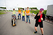 Op een weg op de campus van de TU Delft oefent het team met het rijden in een Velox. In september wil het Human Power Team Delft en Amsterdam, dat bestaat uit studenten van de TU Delft en de VU Amsterdam, tijdens de World Human Powered Speed Challenge in Nevada een poging doen het wereldrecord snelfietsen voor vrouwen te verbreken met de VeloX 7, een gestroomlijnde ligfiets. Het record is met 121,44 km/h sinds 2009 in handen van de Francaise Barbara Buatois. De Canadees Todd Reichert is de snelste man met 144,17 km/h sinds 2016.<br /> <br /> With the VeloX 7, a special recumbent bike, the Human Power Team Delft and Amsterdam, consisting of students of the TU Delft and the VU Amsterdam, also wants to set a new woman's world record cycling in September at the World Human Powered Speed Challenge in Nevada. The current speed record is 121,44 km/h, set in 2009 by Barbara Buatois. The fastest man is Todd Reichert with 144,17 km/h.