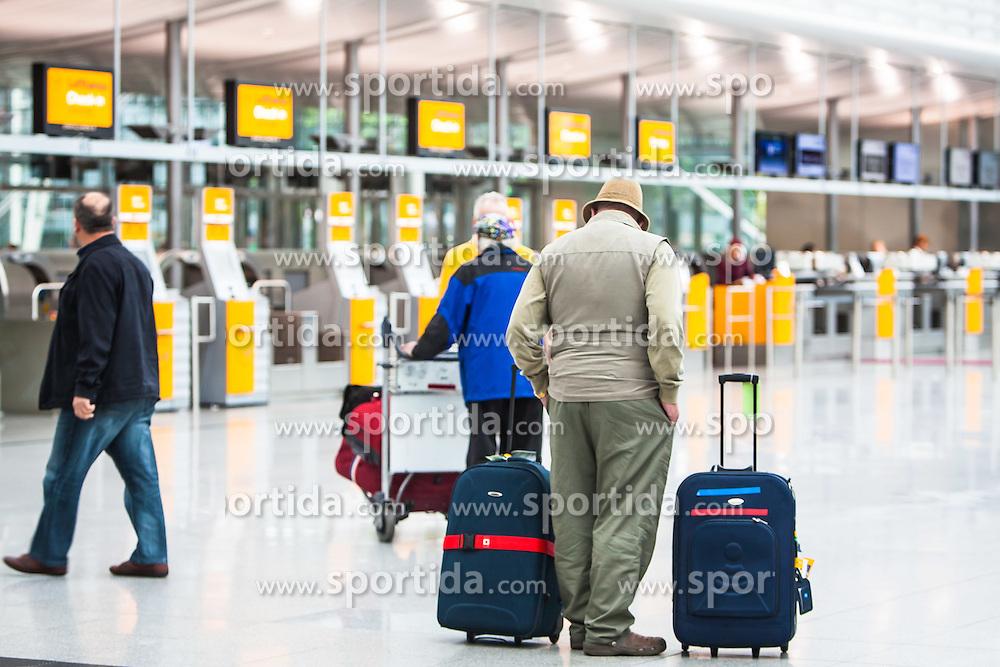 THEMENBILD, Airport Muenchen, Franz Josef Strauß (IATA: MUC, ICAO: EDDM), Der Flughafen Muenchen zählt zu den groessten Drehkreuzen Europas, rund 100 Fluggesellschaften verbinden ihn mit 230 Zielen in 70 Laendern, im Bild Passagiere in der Abflughalle warten // THEME IMAGE, FEATURE - Airport Munich, Franz Josef Strauss (IATA: MUC, ICAO: EDDM), The airport Munich is one of the largest hubs in Europe, approximately 100 airlines connect it to 230 destinations in 70 countries. picture shows: Passengers wait in the departure hall, Munich, Germany on 2012/05/06. EXPA Pictures © 2012, PhotoCredit: EXPA/ Juergen Feichter