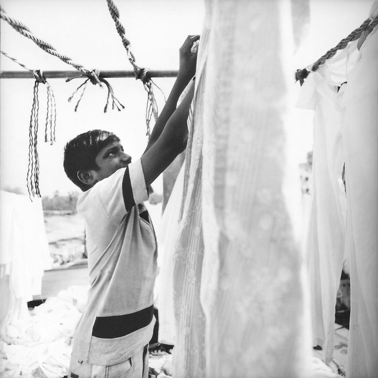 Bambino Lavandaio dobhi stende le lenzuola<br /> <br /> Child washerman dhobi stretches the sheets