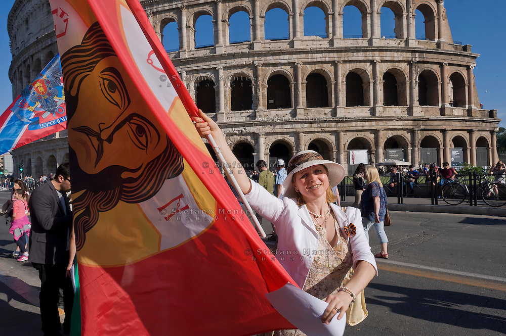 Roma 9 Maggio 2015<br /> La comunità russa a Roma a celebrato il 70° anniversario della  vittoria sulla Germania nazista nella guerra del 1941-1945,  al Colosseo. La bandiera del Christos Pantokrator usata in battaglia dalla Milizia Ortodossa, in Donbass. <br /> Rome, May 9, 2015<br /> The Russian community in Rome to celebrate the 70th anniversary of victory over Nazi Germany in the war of 1941-1945, in front of the Colosseum. The flag of Christos Pantokrator used in battle by the Militia Orthodox, in Donbass.