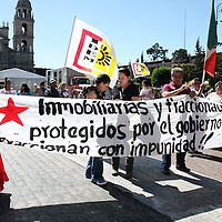 TOLUCA, Mexico.- Un grupo de manifestantes de la organización Izquierda Democrática del Estado de México, se manifestaron frente a palacio de gobierno para pedir apoyo en favor de la tenencia de la tierra. José Hernández. AGENCIAMVT  (DIGITAL)