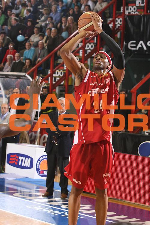 DESCRIZIONE : Napoli Lega A1 2007-08 Eldo Napoli Cimberio Varese <br /> GIOCATORE : Delonte Holland <br /> SQUADRA : Cimberio Varese <br /> EVENTO : Campionato Lega A1 2007-2008 <br /> GARA : Eldo Napoli Cimberio Varese <br /> DATA : 01/03/2008 <br /> CATEGORIA : Tiro <br /> SPORT : Pallacanestro <br /> AUTORE : Agenzia Ciamillo-Castoria/G.Ciamillo