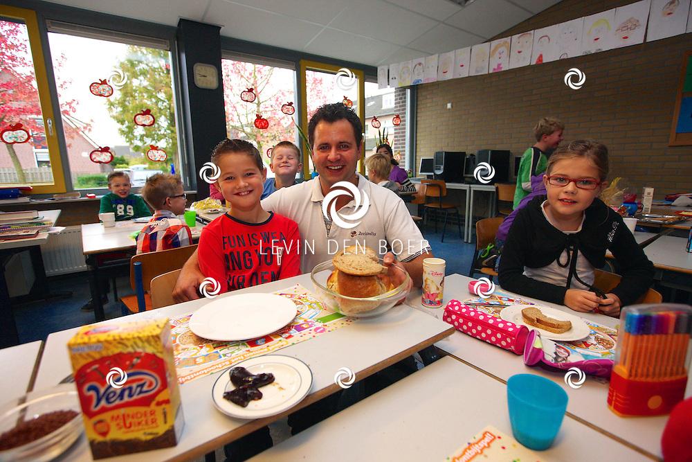 BRUCHEM - Op basisschool de Bron is weer het jaarlijkse Nationaal Schoolontbijt gehouden. De leerlingen genoten enorm van de heerlijke broodjes en beleg. FOTO LEVIN DEN BOER - PERSFOTO.NU