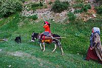 Tadjikistan, Asie centrale, Monts Fan, la vallée du Yagnob, famille tadjik // Tajikistan, Central Asia, Fann Mountains, Yagnob valley, tajik family