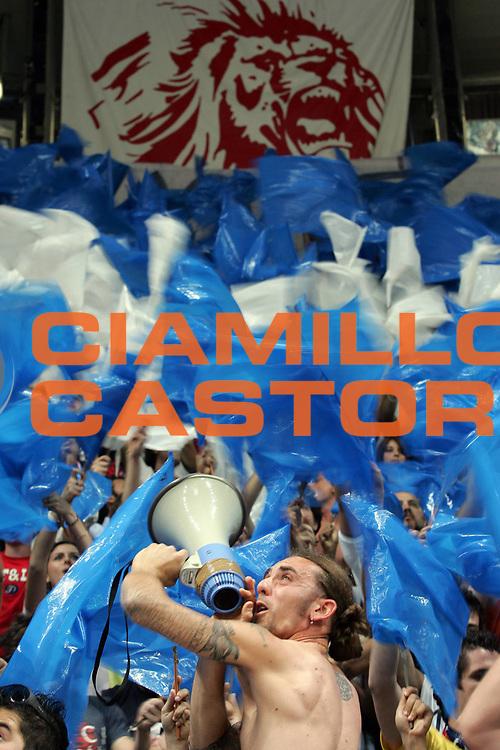 DESCRIZIONE : Bologna Lega A1 2005-06 Play Off Semifinale Gara 3 Climamio Fortitudo Bologna Carpisa Napoli <br /> GIOCATORE : Tifosi Supporters Fossa dei Leoni  <br /> SQUADRA : Climamio Fortitudo Bologna <br /> EVENTO : Campionato Lega A1 2005-2006 Play Off Semifinale Gara 3 <br /> GARA : Climamio Fortitudo Bologna Carpisa Napoli <br /> DATA : 07/06/2006 <br /> CATEGORIA : <br /> SPORT : Pallacanestro <br /> AUTORE : Agenzia Ciamillo-Castoria/E.Pozzo