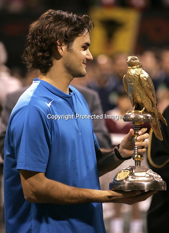 Qatar, Doha, ATP Tennis Turnier Qatar Open 2005, Roger Federer (SUI) mit Pokal, 08.01.2005,<br /> Foto: Juergen Hasenkopf