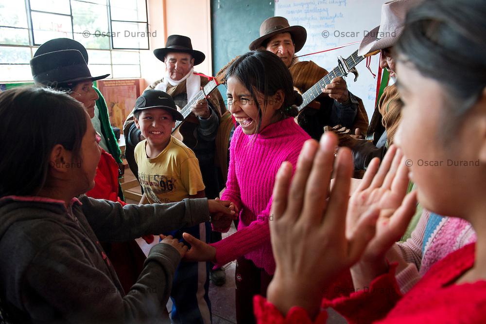 Músicos tradicionales de Morochuco comparten sus conocimientos con estudiantes de sexto grado en la Institucion Educativa Mixta 38132 Pampa Cangallo, Ayacucho.